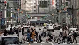 Trabajadores vuelven a sus puestos en Tokio en la desescalada en Japón.