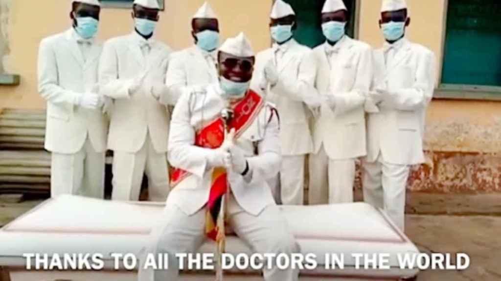 Quédate en casa o baila con nosotros: el mensaje viral de los portadores africanos de féretros