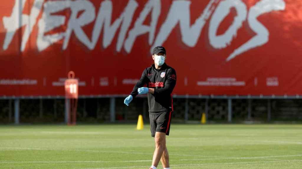 'Cholo' Simeone, con guantes y mascarilla en el primer entrenamiento individual del Atlético de Madrid
