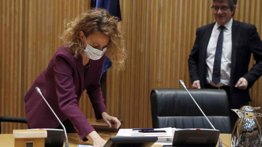 Meritxell Batet, presidenta del Congreso, desinfecta el puesto del presidente de la comisión para la reconstrucción, Patxi López.