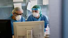 Dos médicos consultan información en la plataforma del sistema de salud español.