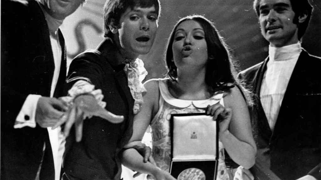 El dúo dinámico con Massiel durante el festival de Eurovisión en Londres en 1968.