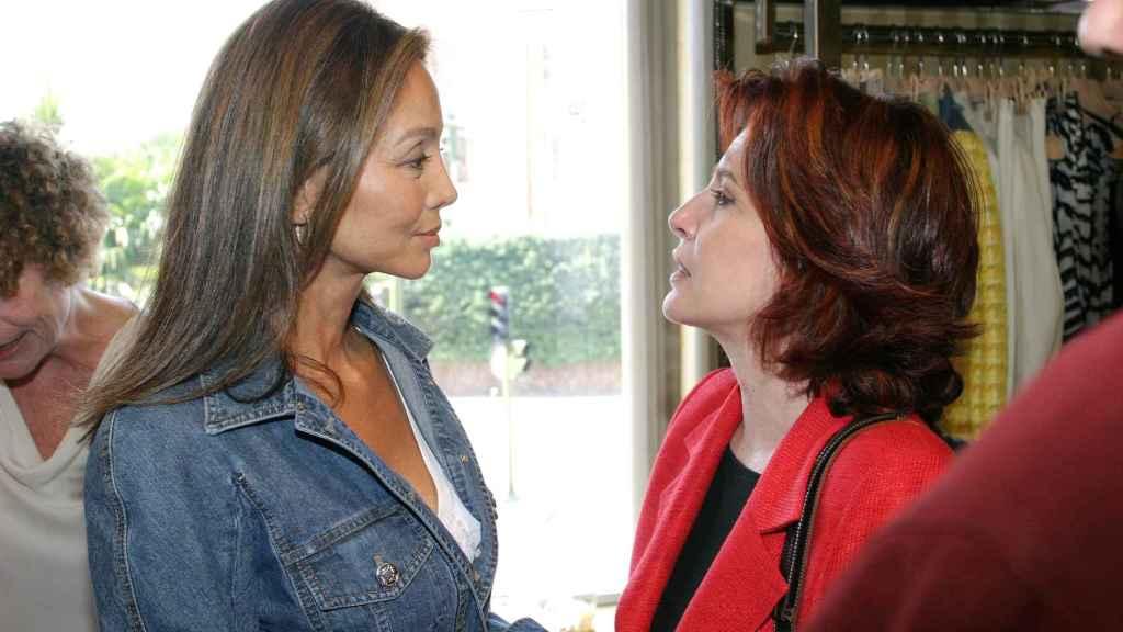 Cristina García Ramos hablando con Isabel Preysler en 2005.