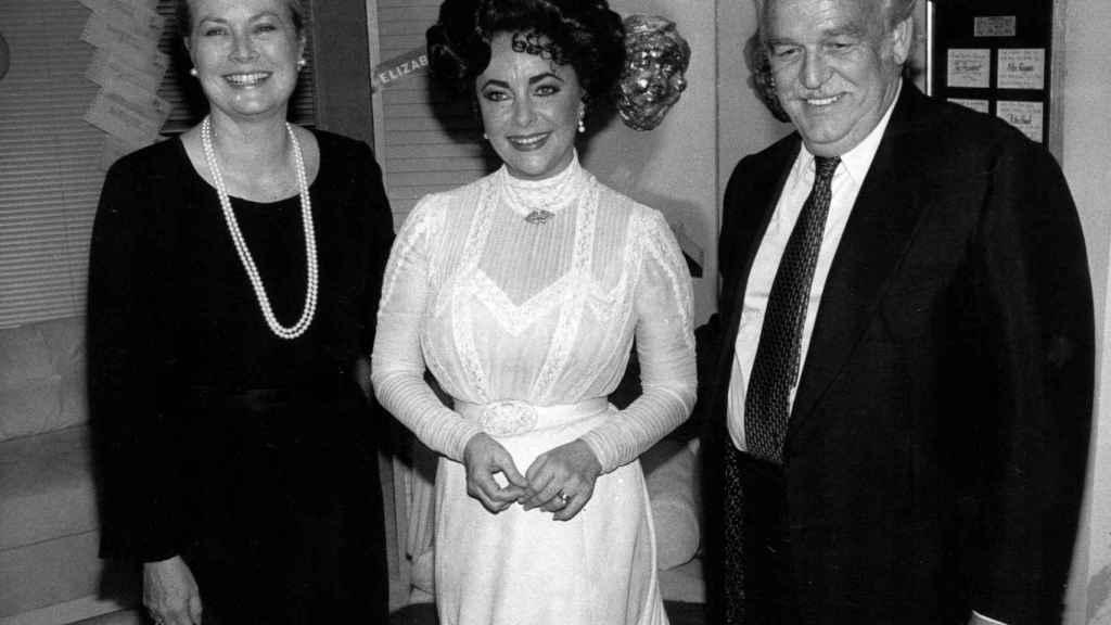 Grace Kelly junto a Elizabeth Taylor y el príncipe Rainiero de Mónaco.