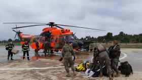 Un helicóptero de la UME en Palma de Mallorca haciendo labores de desinfección.