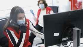 Letizia al teléfono en una de las sedes de la Cruz Roja.