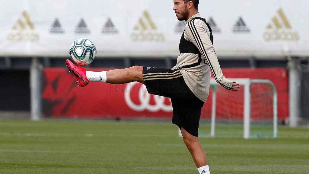 Eden Hazard toca balón durante el entrenamiento del Real Madrid