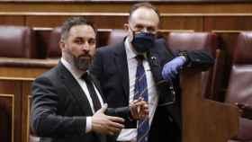 El líder de Vox, Santiago Abascal (izda.), sale del hemiciclo tras el pleno del Congreso celebrado el pasado miércoles