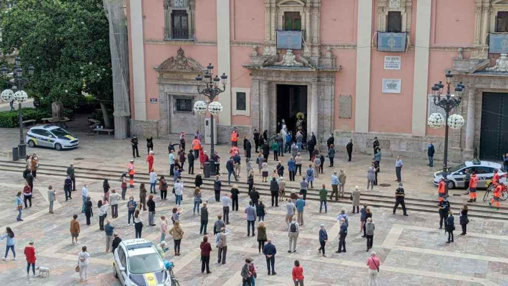 Imagen del exterior de la Basílica en la que se percibe la distancia entre los congregados.