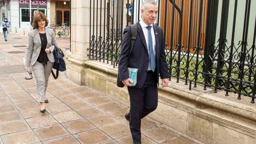 El lehendakari, Iñigo Urkullu, y la consejera de Salud, Nekane Murga, llegan al Parlamento vasco.