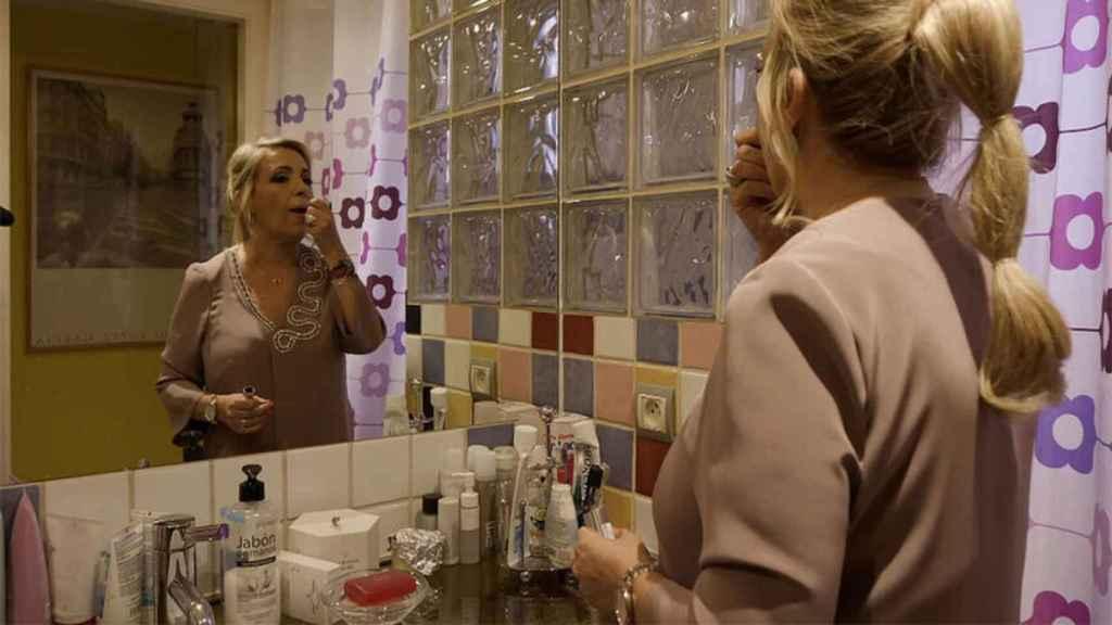 Carmen, preparándose en el baño de su casa.