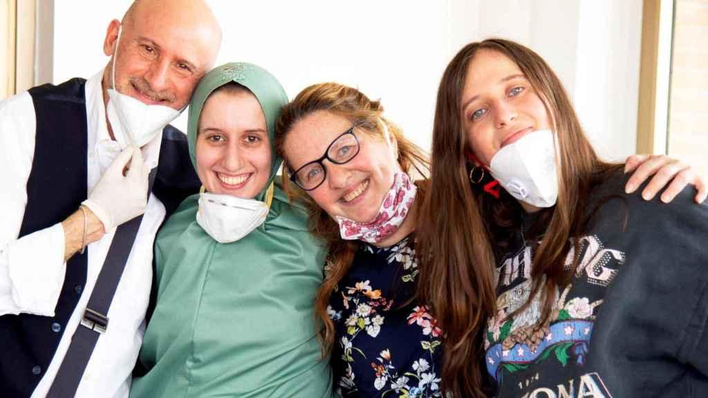 Silvia Romano, en compañía de su familia, en Milán (Italia).