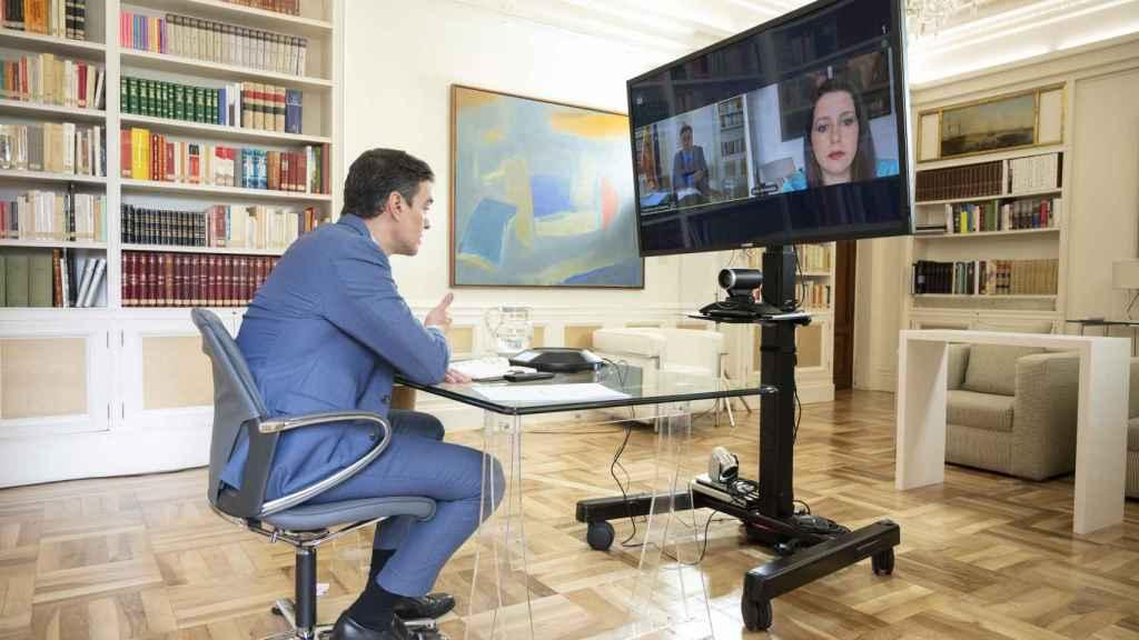 El presidente del Gobierno, Pedro Sánchez, durante una videoconferencia con la líder de Cs, Inés Arrimadas.