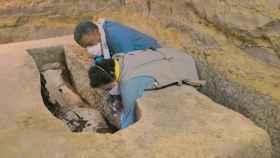 Los egiptólogos Ramandan Hussein y Salima Ikram analizando una de las momias de Saqqara.