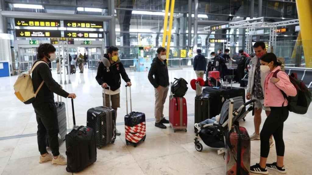 Turistas en el aeropuerto de Barajas, en Madrid.