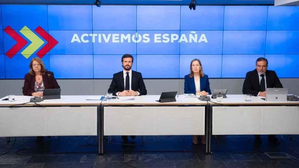 El presidente del PP, Pablo Casado, junto con Ana Pastor (d), Elvira Rodríguez (i) y Enrique López.