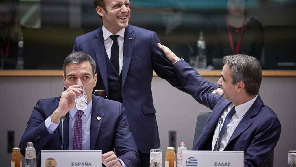 Pedro Sánchez, Emmanuel Macron y Kyriakos Mitsotakis, durante un Consejo Europeo
