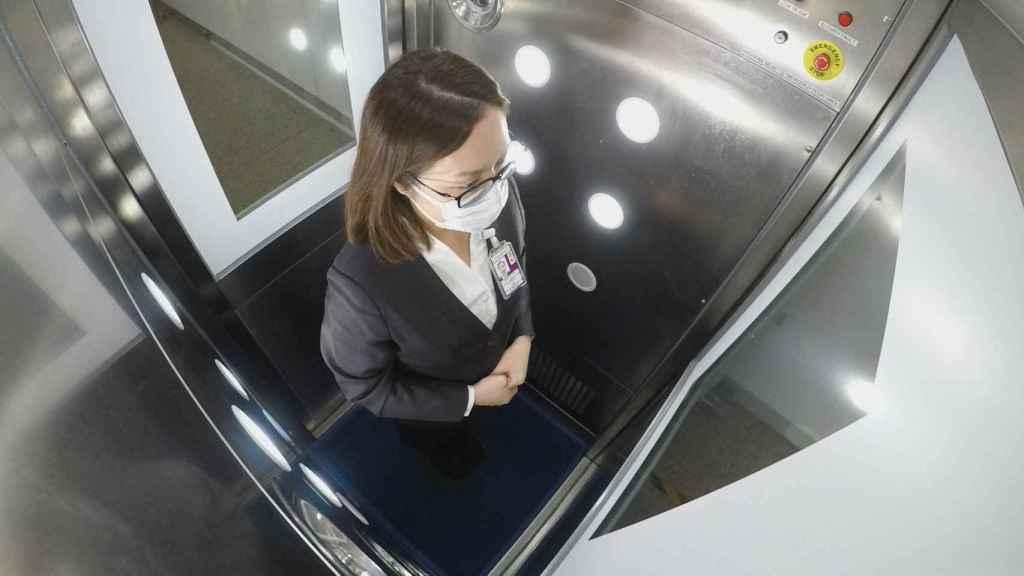 En el interior de la cabina, los usuarios son rociados con un antimicrobiano