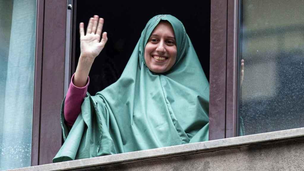 Silvia Romano, la joven liberada del secuestro de terroristas de Al Shabab, saluda desde su venta en Milán.
