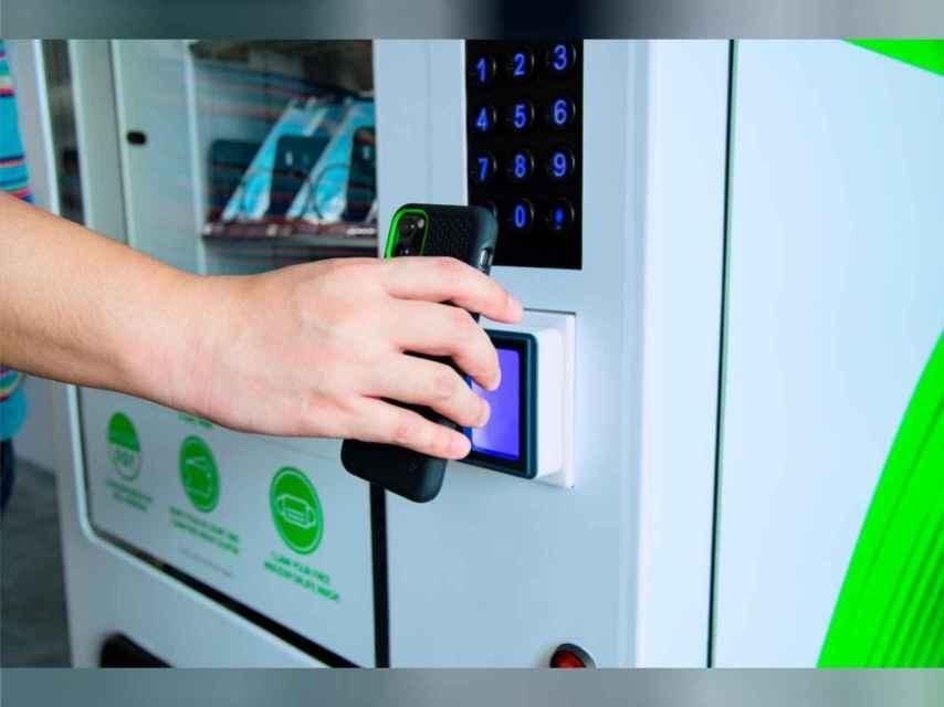 Máquina expendedora siendo usada.