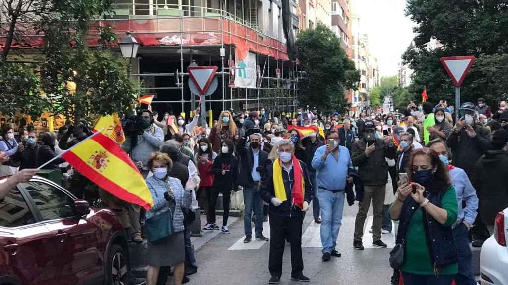 Centenares de personas se dieron cita en torno a la calle Núñez de Balboa en Madrid.