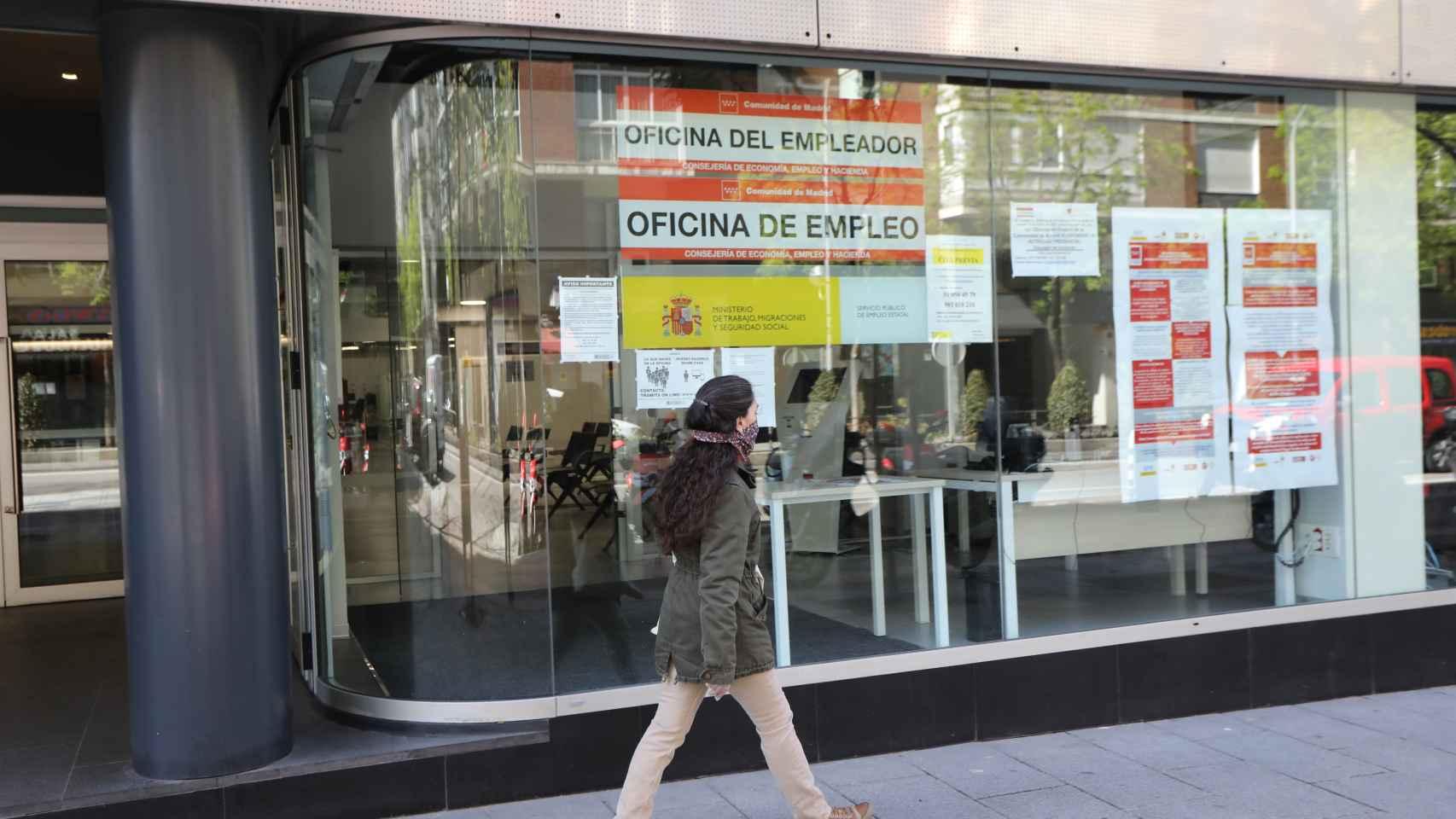 Una mujer pasa frente a una oficina de Empleo en Madrid.