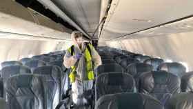 Desinfección de un avión.