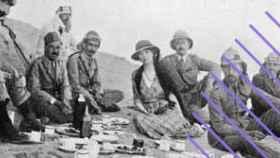Gertrude Bell, rodeada de soldados británicos.