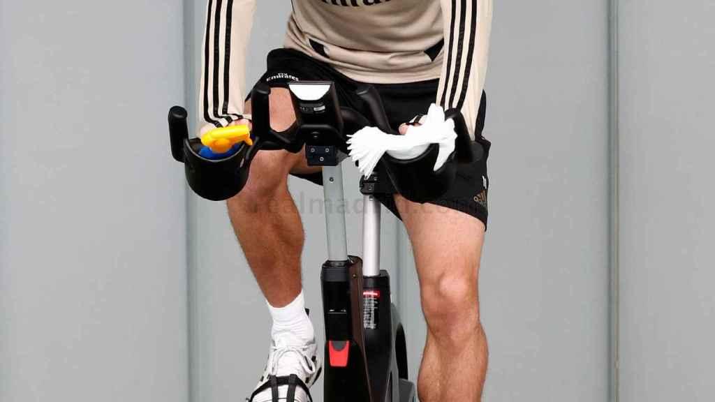 Bale entrena con mascarilla