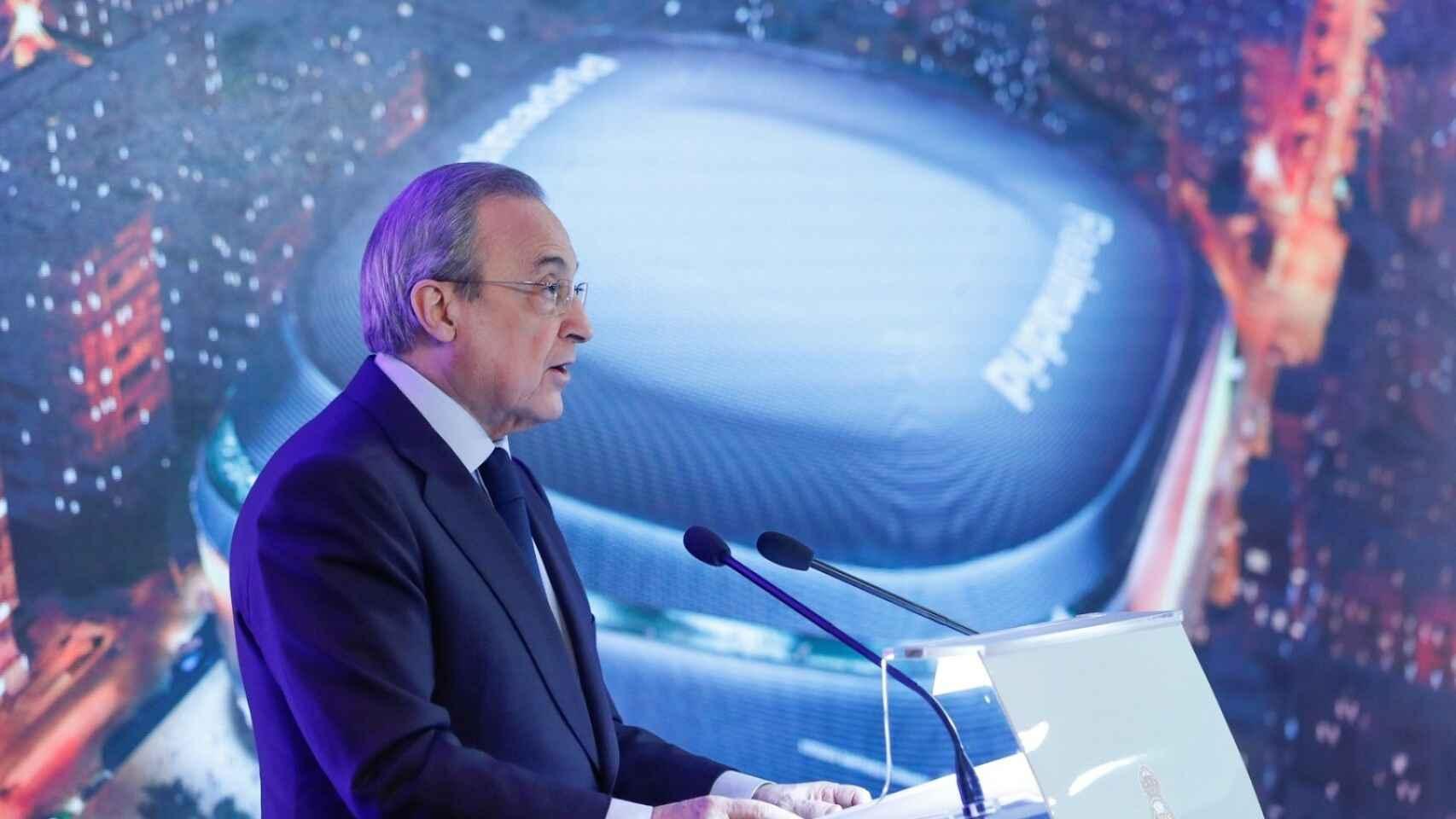 Florentino Pérez con una imagen del nuevo Santiago Bernabéu de fondo