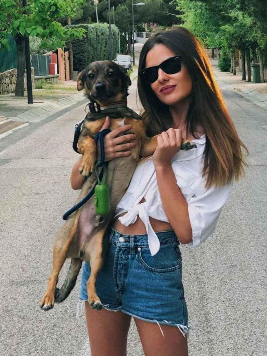La periodista Alexia Rivas junto a su perro, Iro.