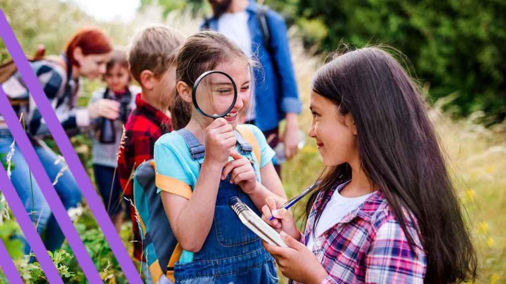 Varios niños y niñas en un campamento de verano.