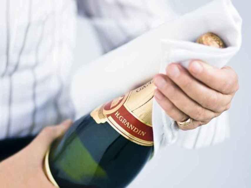 Lo de abrir el champán con un sable te lo explicamos otro día.