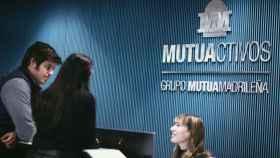 Dos clientes en las oficinas de Mutuactivos.