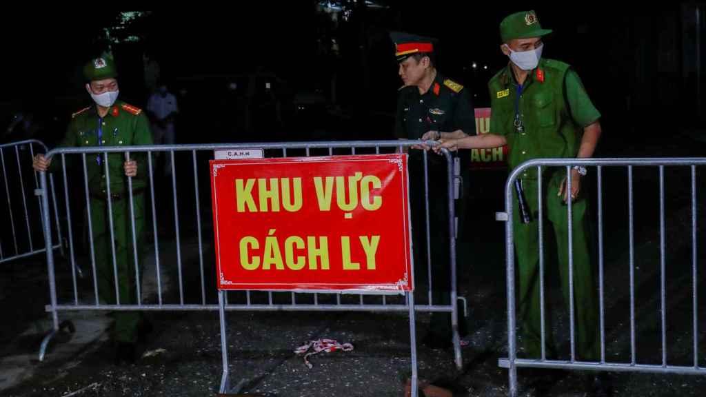 La policía y los soldados eliminan las barreras cuando se levanta la cuarentena en la aldea de Dong Cuu.