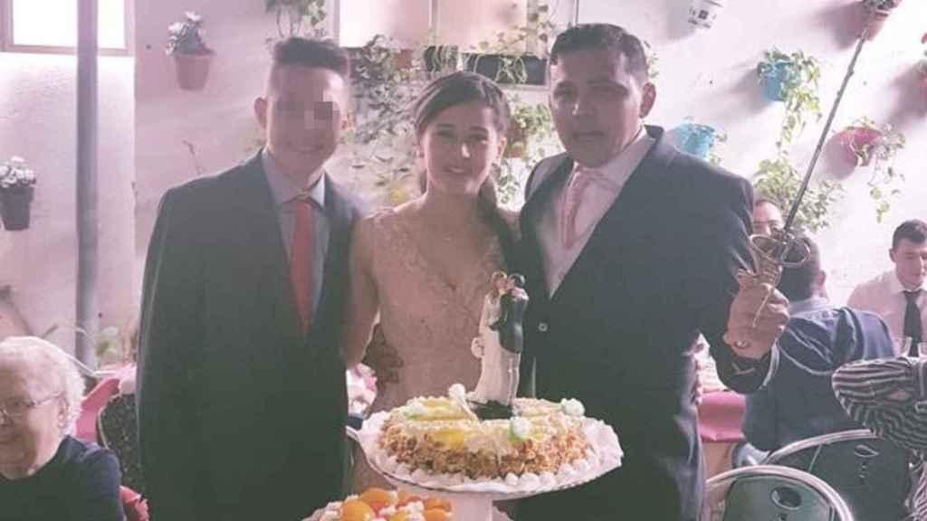 El presunto asesino Victor, junto a su padre, Emanuel y su madrastra, Micarla, el día de su boda.