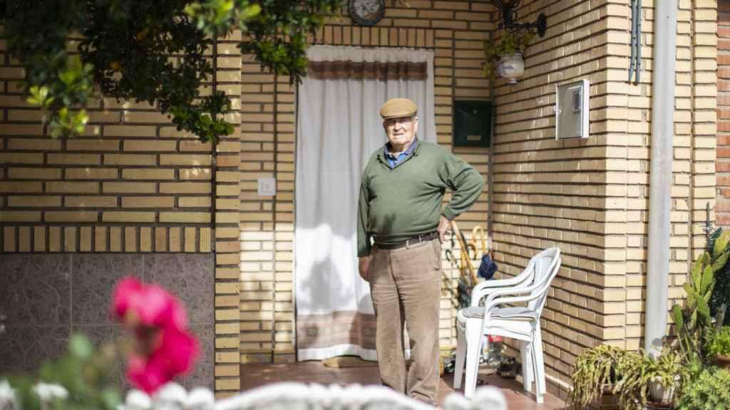Un vecino del pueblo, en el porche de su casa.