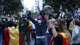 Manifestantes contra el Gobierno en el barrio de Salamanca, en el centro de Madrid, este miércoles.