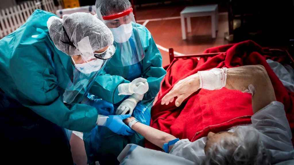 Un enfermo de Covid-19 atendido en el Hospital de Aranda. EFE/ PacoSantamaria