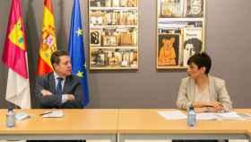 El presidente de Castilla-La Mancha, Emiliano García-Page, en la reunión que este viernes ha mantenido con la alcaldesa de Puertollano, Isabel Rodríguez