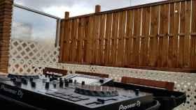 La mesa de mezclas de DGC ubicada en el balcón de su casa, donde pinchaba música estos días.