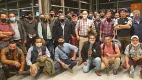 Esquiladores uruguayos en el aeropuerto de Carrasco (Montevideo) con los ministros de su país Ernesto Talvi y Carlos María Uriarte.
