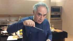 El cocinero Ferrán Adrià preparando sus ya famosos mejillones en escabeche