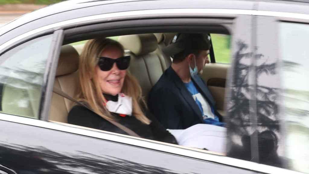 Ana Obregón y Alessandro Lequio al llegar a Madrid. Este último, con la camiseta azul de su hijo Álex.