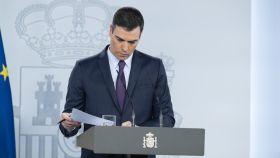 Pedro Sánchez consulta sus notas durante su comparecencia en Moncloa.