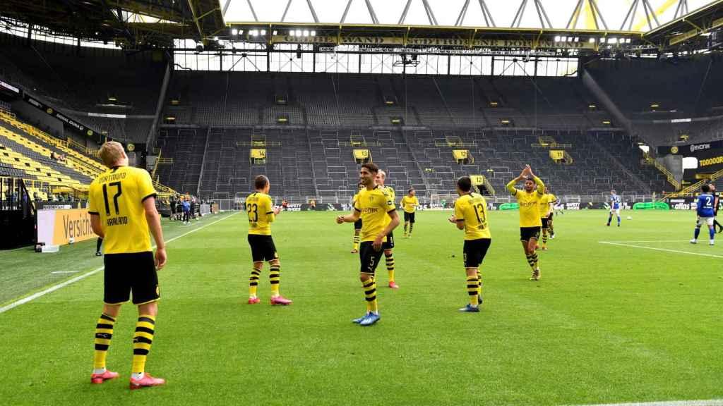 Haaland celebra su gol separado de sus compañeros del Borussia Dortmund