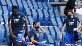 Los jugadores del Hoffenheim, en el banquillo con mascarillas