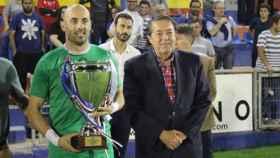 FOTO: Javi López, junto al presidente de la FFCM, Antonio Escribano.