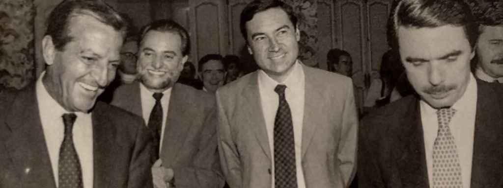 Adolfo Suárez, Julio Anguita y José María Aznar junto a Pedro J. Ramírez el día de la presentación de 'David contra Goliat'.