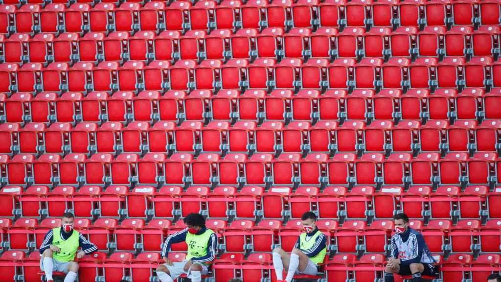 Los suplentes del Bayern Múnich en las gradas del estadio del Union Berlin